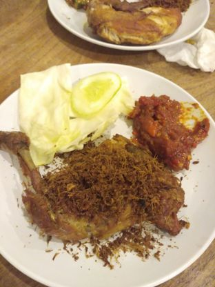 Foto 1 - Makanan(Ayam goreng lengkuas) di Ayam Mercon Kongko2 oleh Stella Griensiria