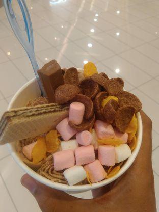 Foto 2 - Makanan(Unicorn + wafer, cornflakes, kitkat & marshmallow (IDR 33k) ) di Rolly's Thai Ice Cream oleh Renodaneswara @caesarinodswr