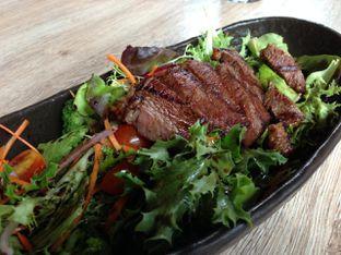 Foto 1 - Makanan(Steak Salad) di Sudestada oleh awakmutukangmakan