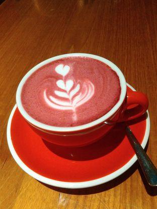 Foto 2 - Makanan(Red velvet Latte (IDR 30K) ) di Kopium Artisan Coffee oleh Renodaneswara @caesarinodswr