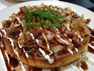 Foto 2 - Makanan(Okonowaffu) di BROWNFOX Waffle & Coffee oleh awakmutukangmakan