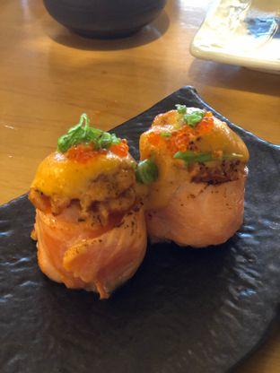 Foto 4 - Makanan(Salmon Volcano Roll) di Sushi Hiro oleh YSfoodspottings