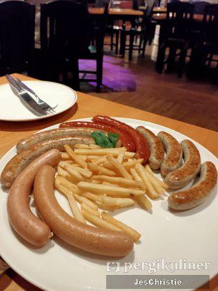 Foto 2 - Makanan(Bavarian Sausage Platter) di Paulaner Brauhaus oleh JC Wen