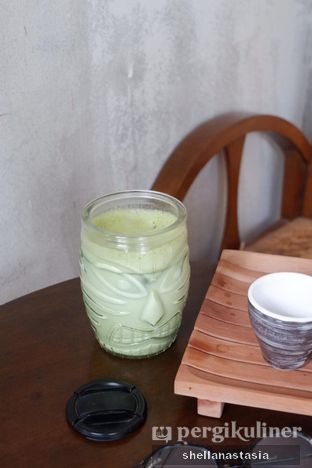 Foto 6 - Makanan(Green Tea Latte) di Sesepuh Kopi oleh Shella Anastasia