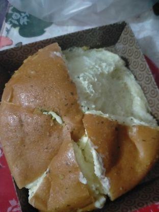 Foto 2 - Makanan(cheese garlik) di BreadTalk oleh Risha tina