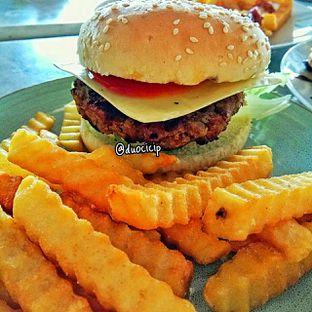 Foto 2 - Makanan(Cheese Burger) di Giggle Box oleh felita [@duocicip]