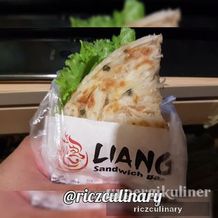 Foto 4 - Makanan(Liang Chicken Sandwich, Before Bites) di Liang Sandwich Bar oleh Ricz Culinary