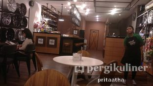 Foto 5 - Interior di Wheels and Brakes Cafe oleh Prita Hayuning Dias