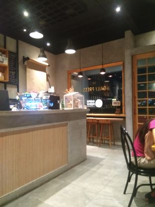 Foto 1 - Interior di Daily Press Coffee oleh Herwida