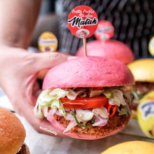 Foto 2 - Makanan(Burger ayam sambal matah) di Gode Burger oleh Stellachubby