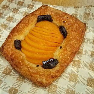 Foto 1 - Makanan(Peach Pastry) di Tous Les Jours oleh duocicip