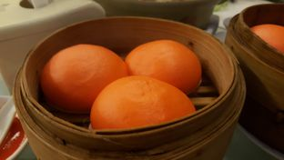 Foto 7 - Makanan(Bakpao Telur Asin) di Central Restaurant oleh Oswin Liandow