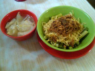 Foto 6 - Makanan(Mie Ayam + Pangsit (IDR 28k) ) di Bakmie BBT oleh Renodaneswara @caesarinodswr