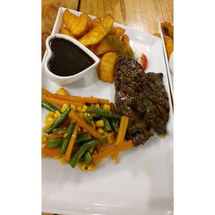 Foto 4 - Makanan(Premium Beef Steak with blackpaper sauce, wedges & mixed vegetables) di Double U Steak by Chef Widhi oleh Jenny (@cici.adek.kuliner)