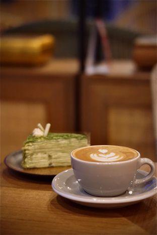 Foto 2 - Makanan(Cappuccino & Mille Crepe Green Tea) di Kopi Warga oleh Fadhlur Rohman