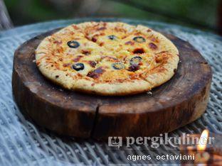 Foto 4 - Makanan(Four Cheese Pizza) di Rumah Miring oleh Agnes Octaviani