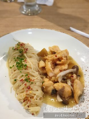 Foto 4 - Makanan(Angel Hair Pasta w/ Miso Salmon & Shimeji) di Billie Kitchen oleh JC Wen