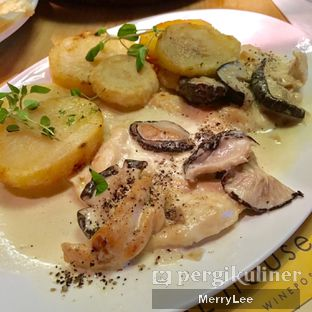 Foto 2 - Makanan(Pan Fried Chicken Breast in Mushroom and Sage Cream Sauce) di Social House oleh Merry Lee