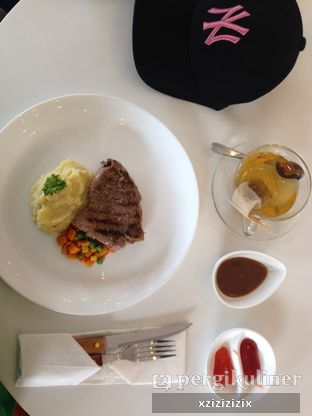 Foto 7 - Makanan(Tenderloin Steak) di Wheels and Brakes Cafe oleh zizi