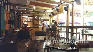 Foto 6 - Interior di Reneka Coffee oleh AndaraNila