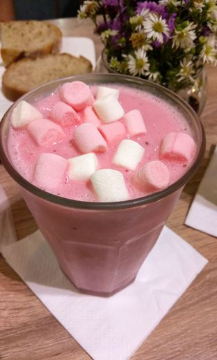 Foto 1 - Makanan(Strawberry Ice Cream Marshmallow Shake) di Eric Kayser Artisan Boulanger oleh maysfood journal.blogspot.com Maygreen