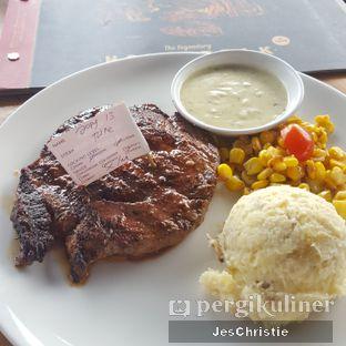 Foto 1 - Makanan(Tokusen Wagyu Tenderloin) di Steak Hotel by Holycow! oleh JC Wen