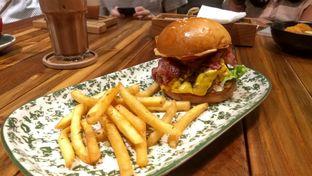 Foto 10 - Makanan(Double Bacon Burger (IDR 90k) ) di Six Ounces Coffee oleh Renodaneswara @caesarinodswr