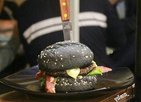 Intip Rahasia Di Balik Burger Hitam Sebelum Kamu Makan