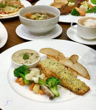 Foto 3 - Makanan(Salmon Fillet) di Cendana Lounge oleh @stelmaris