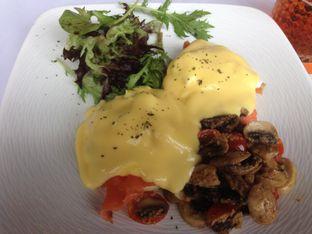 Foto 1 - Makanan(Eggs Benedict) di Abraco Bistro & Bar oleh Ilonna Claudya