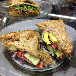 Foto 1 - Makanan(Avocado Salad Sandwich) di Dej Cafe oleh Pengembara Rasa