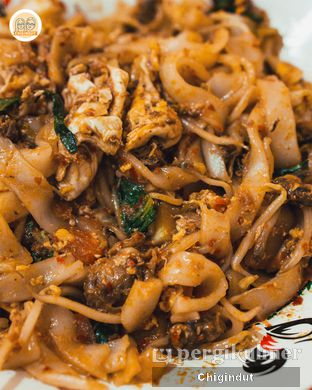 Foto 4 - Makanan(Kwetiau Goreng Aceh Kerang) di Depot Mie Kocok Suk Asin oleh Chigindut Youtuber