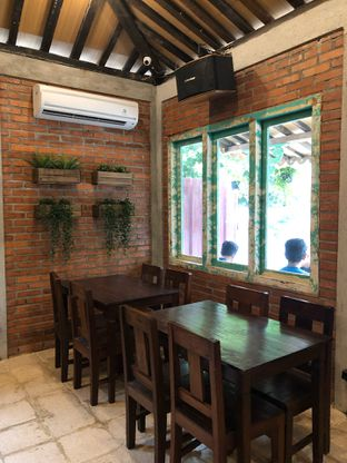 Foto 9 - Interior di Ragil Coffee & Roastery oleh feedthecat