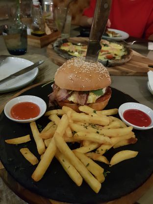 Foto 3 - Makanan(Hamburger toscano) di Ambiente Ristorante - Hotel Aryaduta Jakarta oleh Vanessa Agnes
