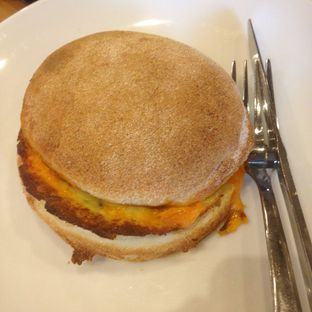 Foto 2 - Makanan(all day breakfast bun) di Starbucks Coffee oleh Pengembara Rasa