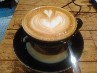 Foto 2 - Makanan(Hot white cappucino (IDR 40k) ) di Watt Coffee oleh Renodaneswara @caesarinodswr