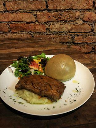Foto 1 - Makanan(Sirloin Steak) di The Parlor oleh Fadhlur Rohman