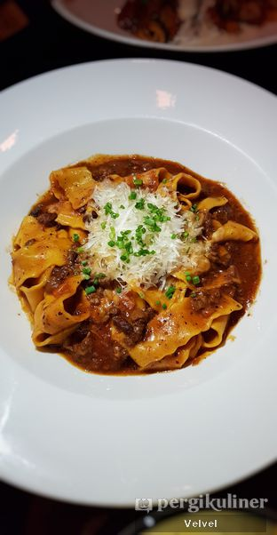 Foto 7 - Makanan(Pappardelle Al Ragu Bolognese) di Gia Restaurant & Bar oleh Velvel