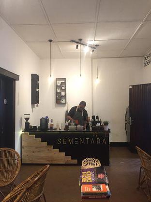Foto 2 - Interior di Sementara Coffee oleh nesyaadenisaa