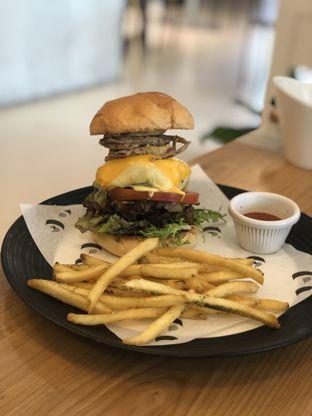 Foto 4 - Makanan(Gourmet Beef Burger) di Common Grounds oleh YSfoodspottings