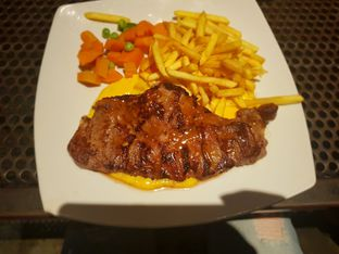 Foto - Makanan(Sirloin steak with golden cheese sauce) di Karnivor oleh Fika Sutanto
