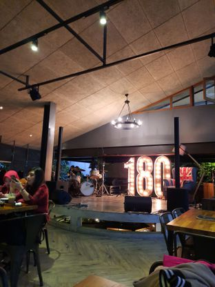Foto 9 - Interior di One Eighty Coffee and Music oleh Fatirrahmah Nandika