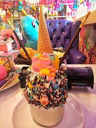 Foto 5 - Makanan(Crazy Vanilla Milkshake Rainbow Gelato) di Miss Unicorn oleh duocicip