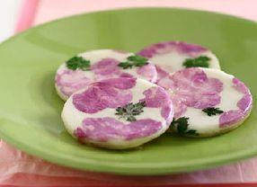 Wow! Kue Khas Korea Ini Terbuat dari Kelopak Bunga Lho!