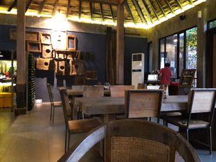 Foto 8 - Interior di Old Wood Bistro & Bar oleh Nisanis