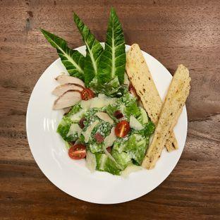 Foto 5 - Makanan(Ceasar Salad) di Cendana Lounge oleh @stelmaris