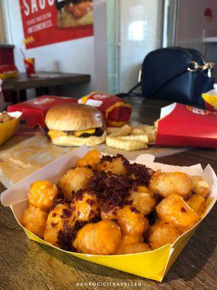 Foto 4 - Makanan(Bacon&Cheese Tot Fries (20k). Only +2k If You Upgrade From Regular Fries) di Flip Burger oleh kokocici traveller