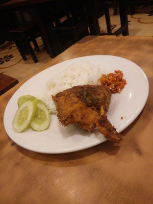 Foto 1 - Makanan(dengan sambal lebih berwarna) di Nasi Bebek Ginyo oleh Threesiana Dheriyani