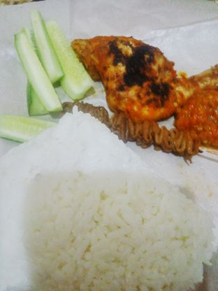 Foto - Makanan(Nasi Ayam Bakar + Sate Usus) di Ayam Goreng & Bakar Si Bungsu oleh Fadhlur Rohman