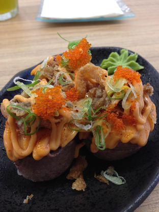Foto 1 - Makanan(Wagyu Beef + Salmon Skin Spicy Sc) di Sekai Ramen & Sushi oleh awakmutukangmakan